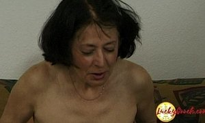 Cougar woman shows her fucking skills with a younger guy with huge dick xVideos