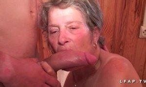 Grand mere sodomisee et fistee par un jeunot pour son casting porno amateur xVideos