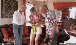 She has a 3some with his old parents xVideos